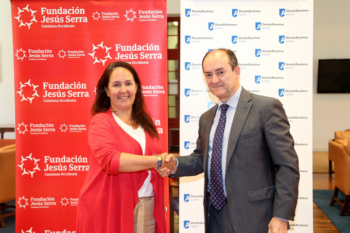 Firma del convenio con Deusto Business School