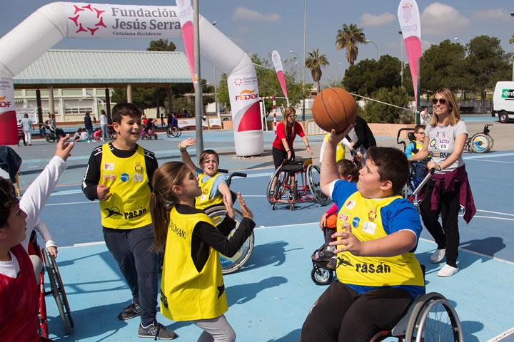 Un grupo de chicos participan en un partido de baloncesto adaptado